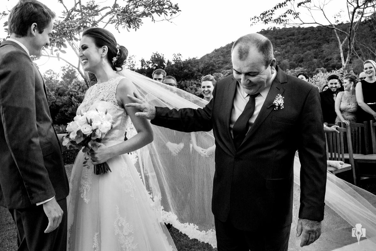 pai entregando a noiva no casamento