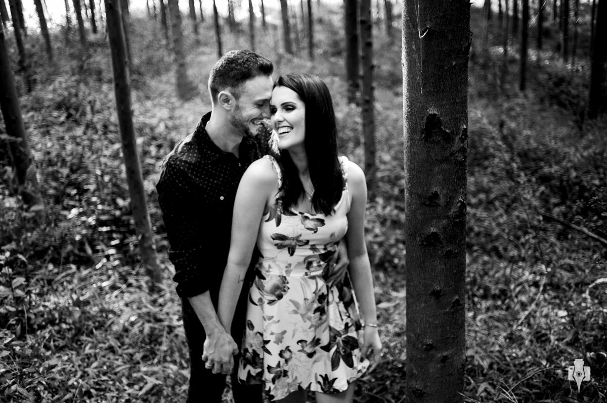 ensaio de casal no mato de pinus