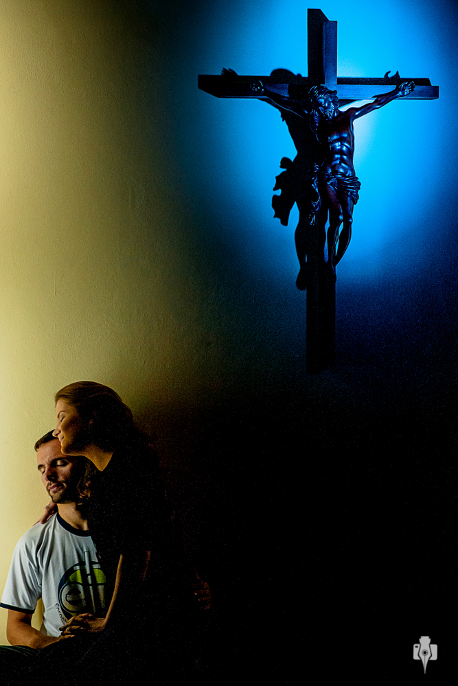 ensaio de casal pre casamento em igreja catolica na capela da unisinos em novo hamburgo rs