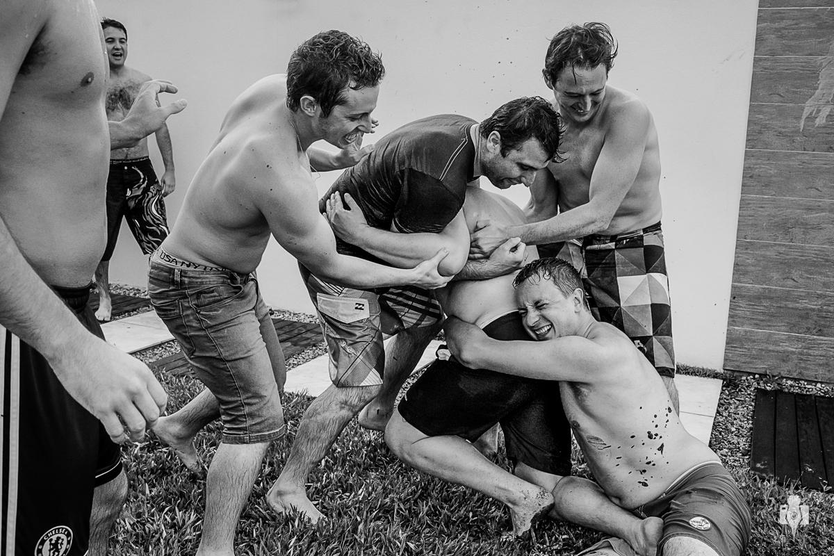 making of do noivo gustavo com padrinhos com banho de piscina em rolante rs