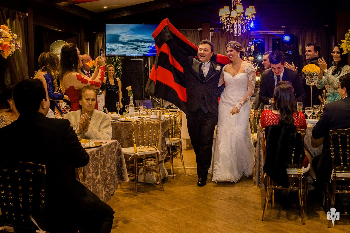 casamento ao ar livre de mirleni e marco com noivo andando de ferrari no ritta hoppner com celebrante mauricio ehrlich em gramado rs