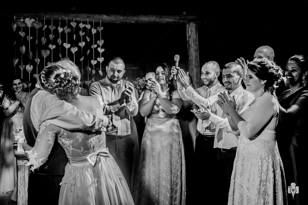 casamento catolico de rosherie e filipe com noivos visitando carmelo em novo hamburgo rs