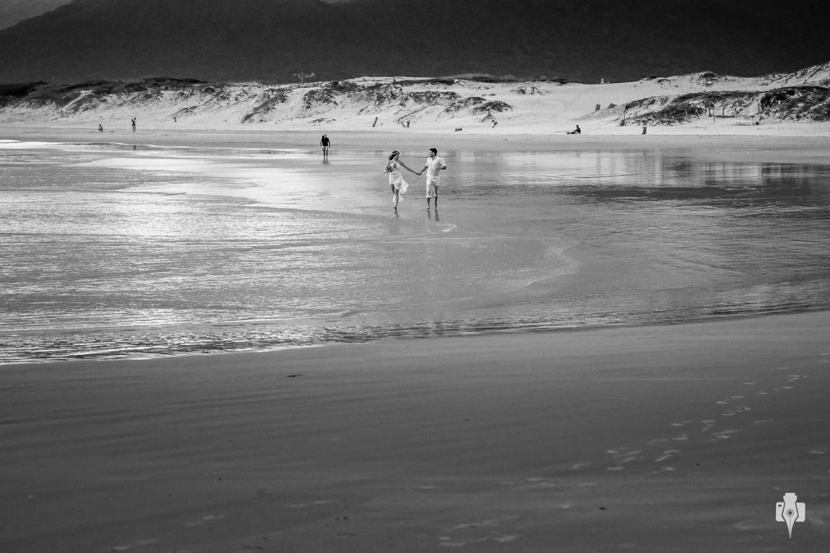 trash the dress na praia de florianopolis sc ensaio de casal em igreja