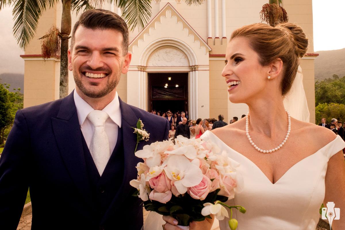 foto da saída dos noivos