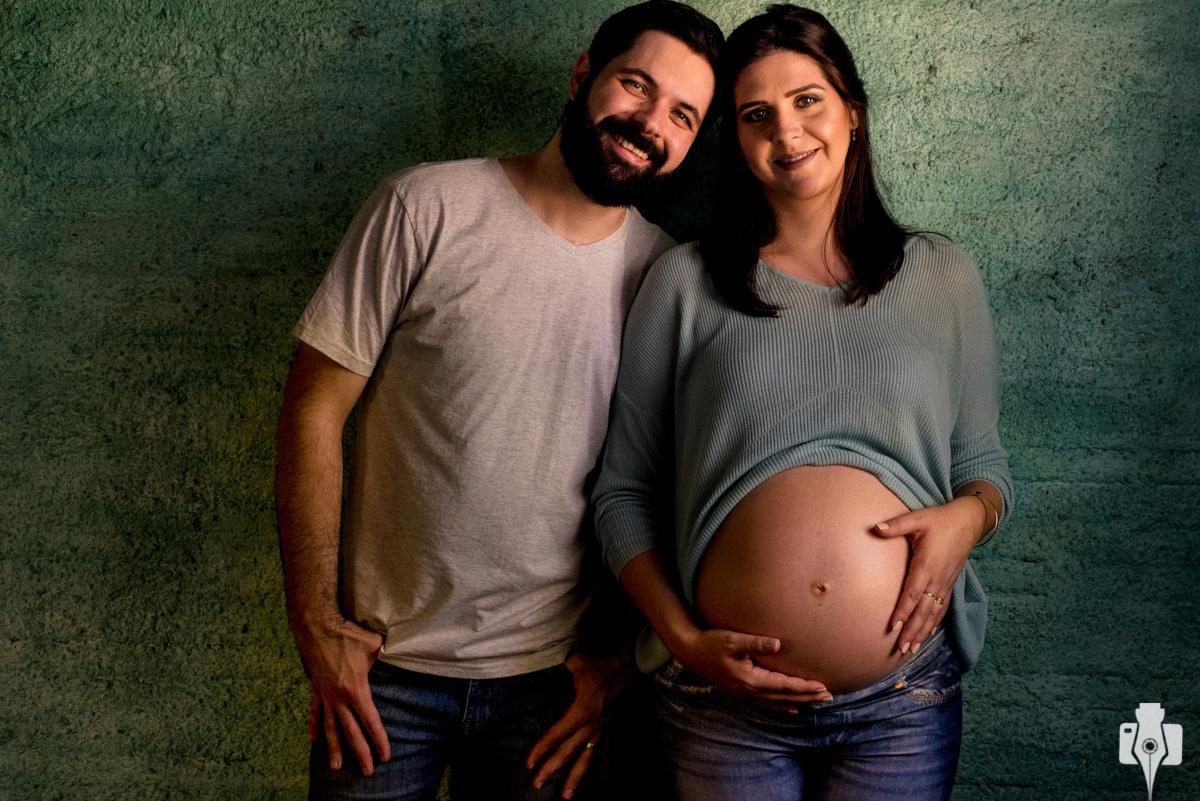 casal grávido antes de comemorar bodas de papel