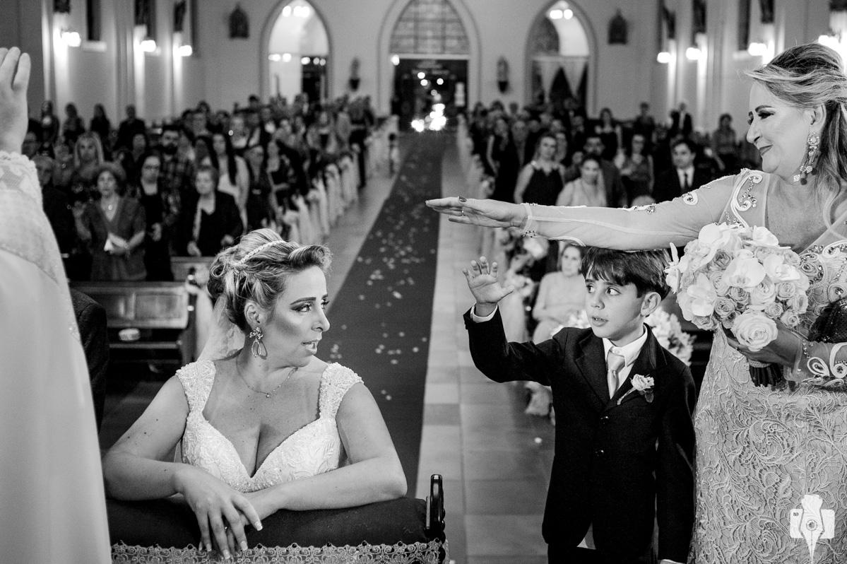 fotos de casamento emocionante, na igreja de canela