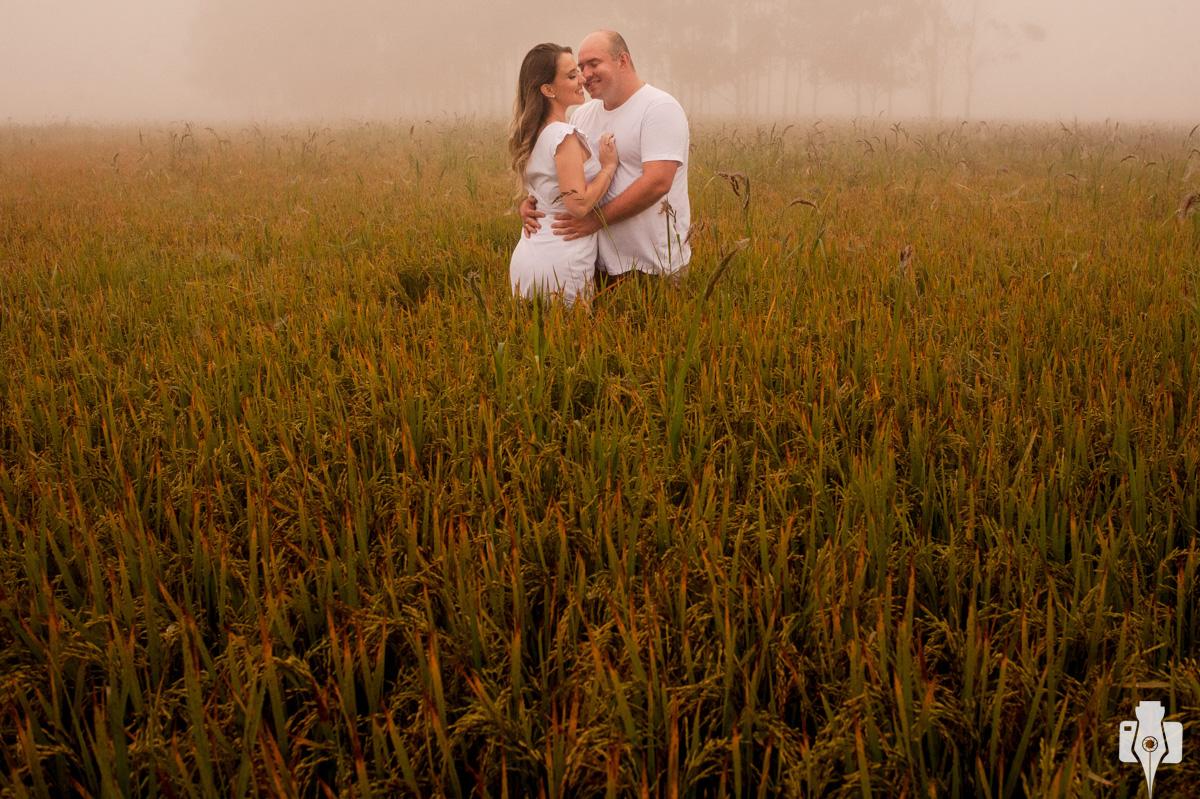 ensaio de casal em granja de arroz