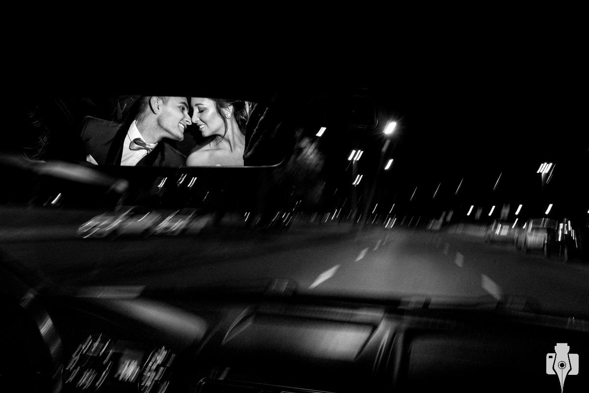 noivos dentro do carro