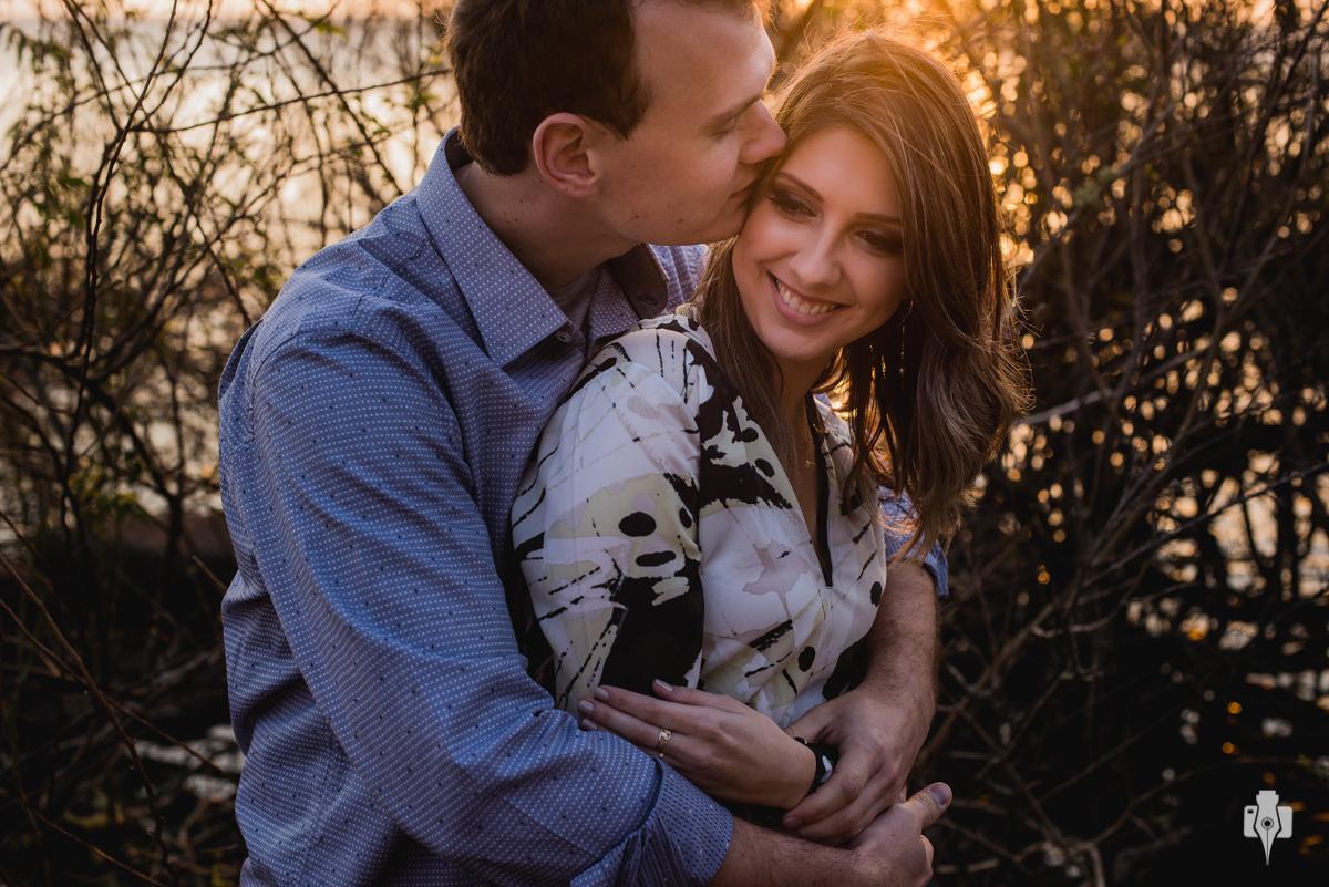 Muito amor nesta cena registrada pelo fotógrafo de ensaio romantico Nei Bernardes no belo butiá itapuã em rio guaiba onde o casal curte apaixonadamente o momento
