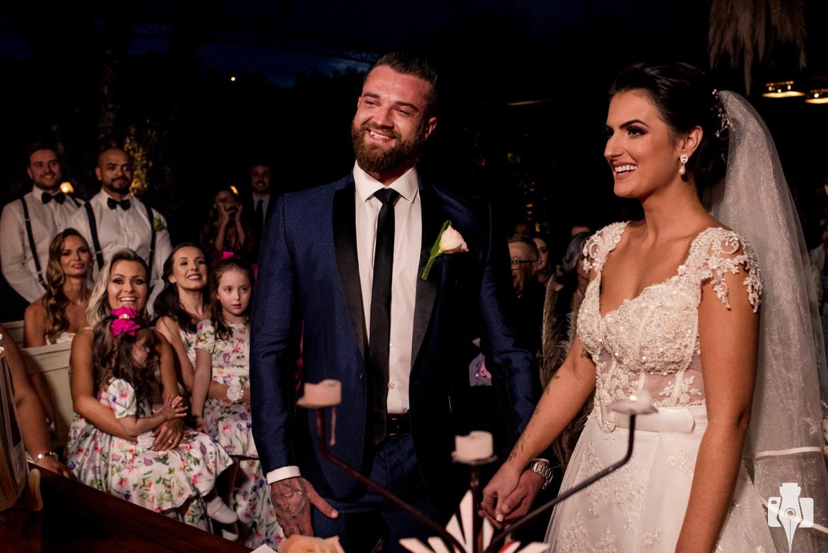 fotos de casamento que ressaltam a alegria dos noivos