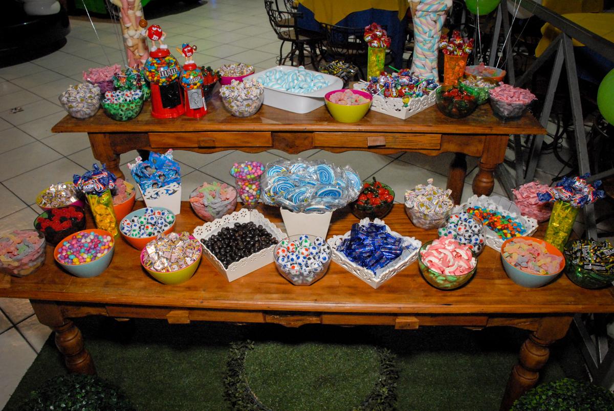 mesa de guloseimas no Buffet Fábrica da Alegria, Osasco, Sao Paulo, tema da festa esportes americanos, aniversariante Matheus 8 anos