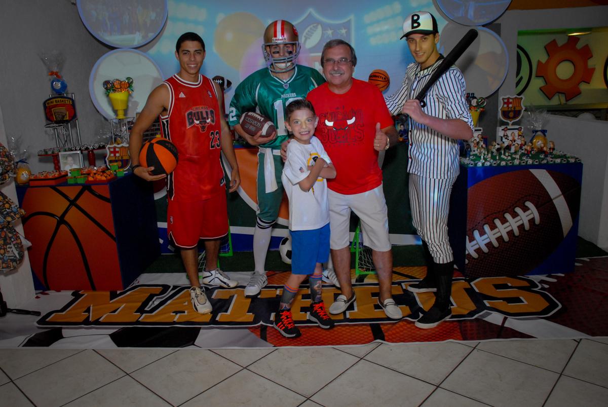 A família e os personagens sendo fotografdos no Buffet Fábrica da Alegria, Osasco, Sao Paulo, tema da festa esportes americanos, aniversariante Matheus 8 anos