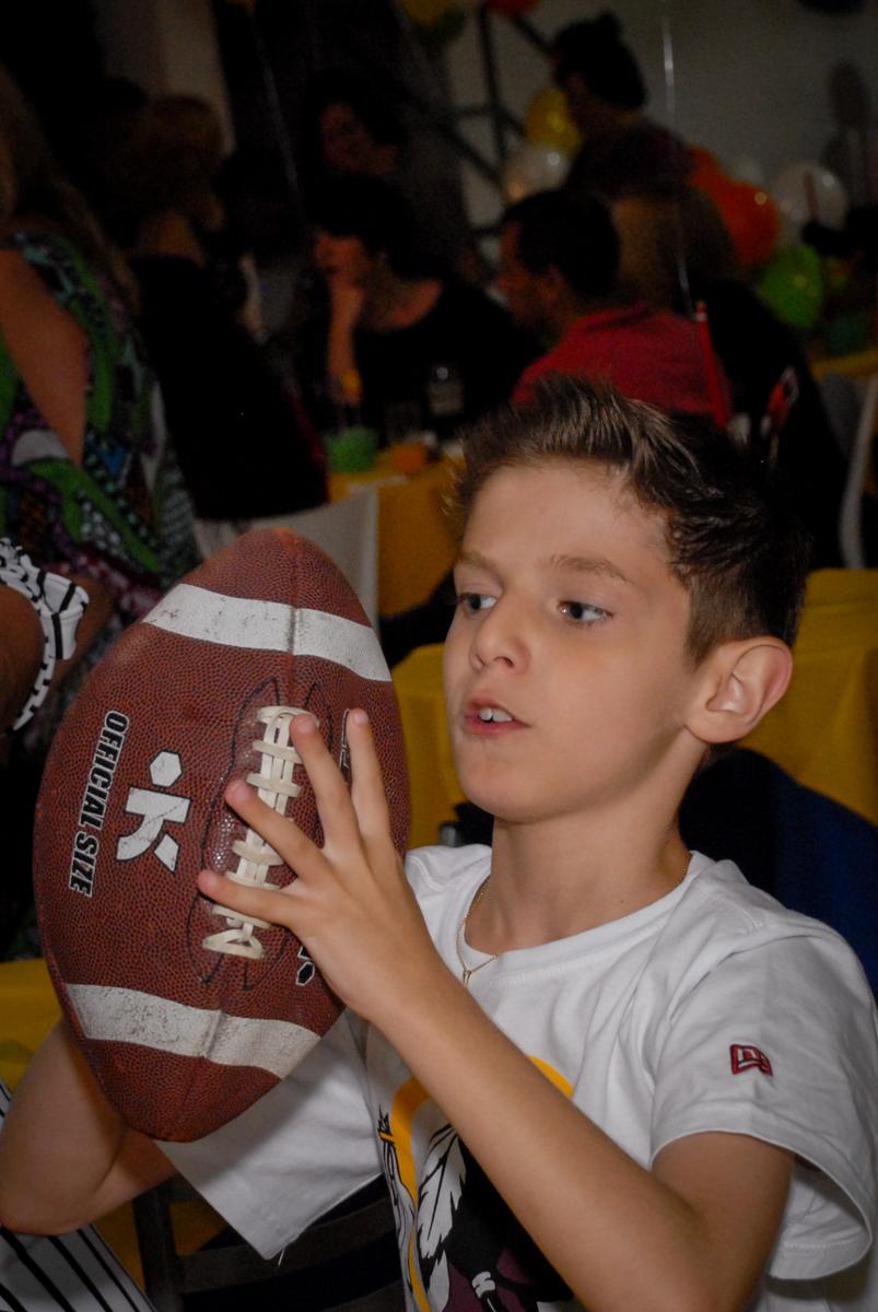 bola de futebol americano no Buffet Fábrica da Alegria, Osasco, Sao Paulo, tema da festa esportes americanos, aniversariante Matheus 8 anos