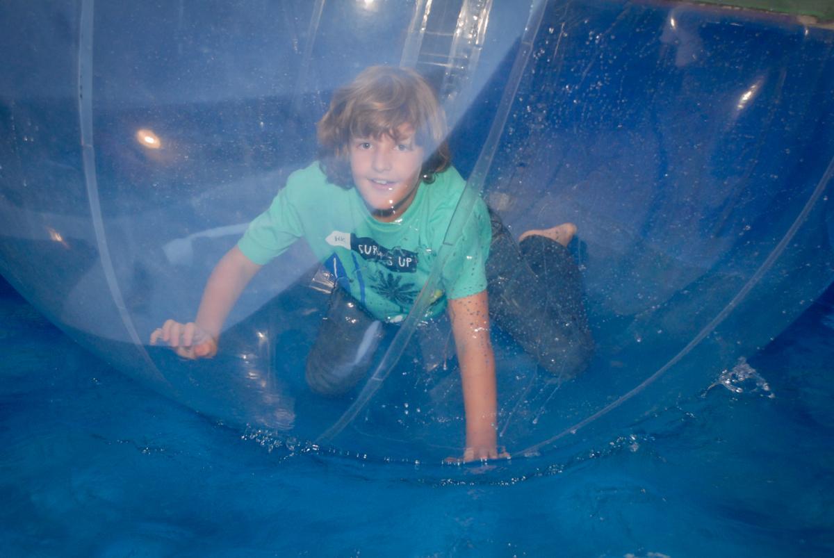 brincando no aquabol no Buffet Fábrica da Alegria, Osasco, Sao Paulo, tema da festa esportes americanos, aniversariante Matheus 8 anos