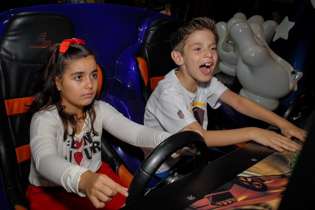 torcida para não bater com o carrinho de corrids no Buffet Fábrica da Alegria, Osasco, Sao Paulo, tema da festa esportes americanos, aniversariante Matheus 8 anos