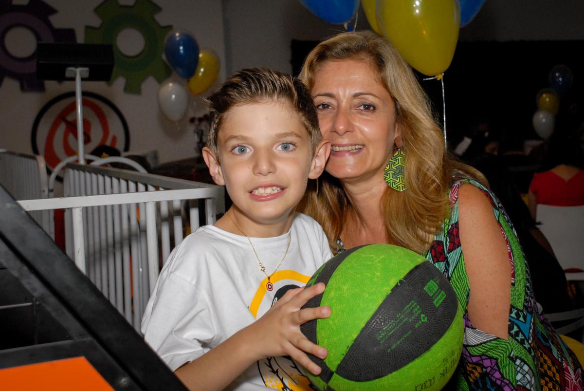 jogo de basquete bol no Buffet Fábrica da Alegria, Osasco, Sao Paulo, tema da festa esportes americanos, aniversariante Matheus 8 anos