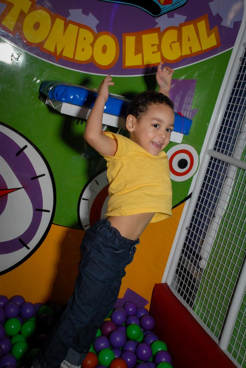 caindo no brinquedo tombo legal no Buffet Fábrica da Alegria, Osasco, Sao Paulo, tema da festa esportes americanos, aniversariante Matheus 8 anos