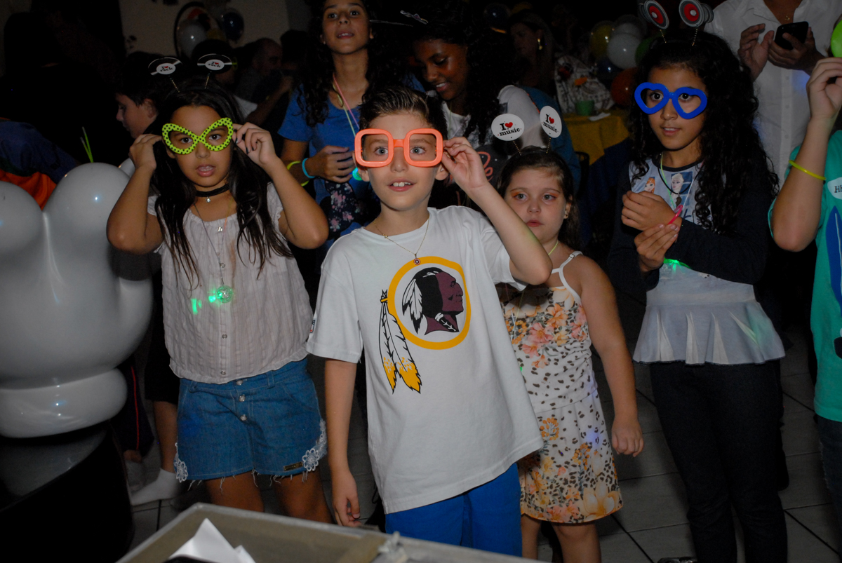 todas as crianças participam da balada no Buffet Fábrica da Alegria, Osasco, Sao Paulo, tema da festa esportes americanos, aniversariante Matheus 8 anos