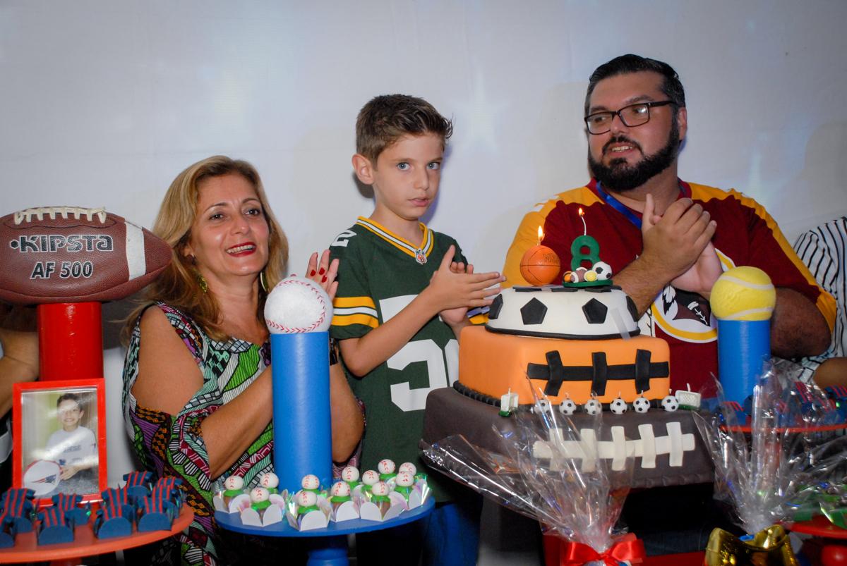 chegou a hora de cantar parabéns no Buffet Fábrica da Alegria, Osasco, Sao Paulo, tema da festa esportes americanos, aniversariante Matheus 8 anos