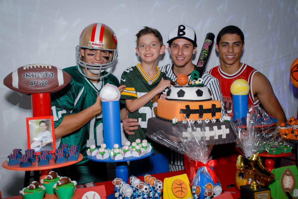 Final da festa no Buffet Fábrica da Alegria, Osasco, Sao Paulo, tema da festa esportes americanos, aniversariante Matheus 8 anos