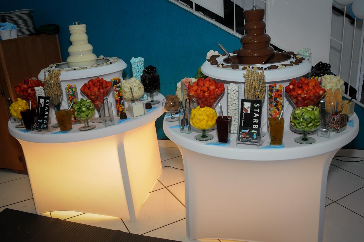 Mesa de frutas com chocolate no Buffet Fábrica da Alegria, Morumbi, SP, festa intantil, tema da mesa minie azul, Valentina 1 aninho