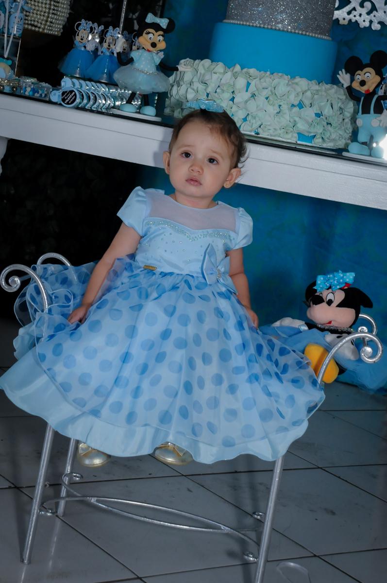 foto da aniversariante em frente a mesa decorada do tema no Buffet Fábrica da Alegria, Morumbi, SP, festa intantil, tema da mesa minie azul, Valentina 1 aninho
