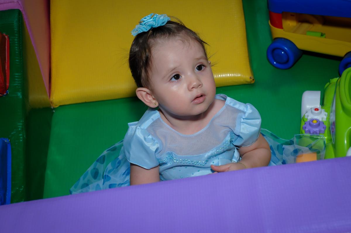 brincando na área baby no Buffet Fábrica da Alegria, Morumbi, SP, festa intantil, tema da mesa minie azul, Valentina 1 aninho