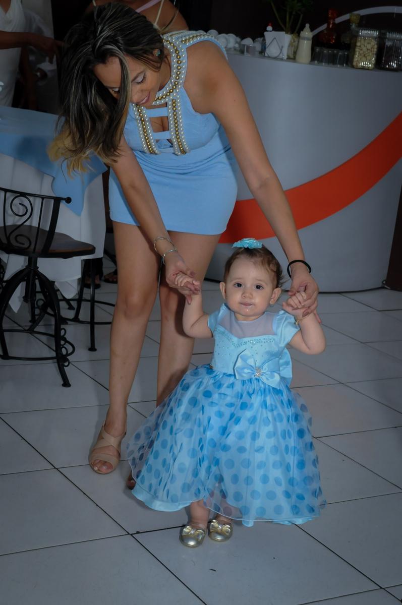 Valentina dando os primeiros passos no Buffet Fábrica da Alegria, Morumbi, SP, festa intantil, tema da mesa minie azul, Valentina 1 aninho