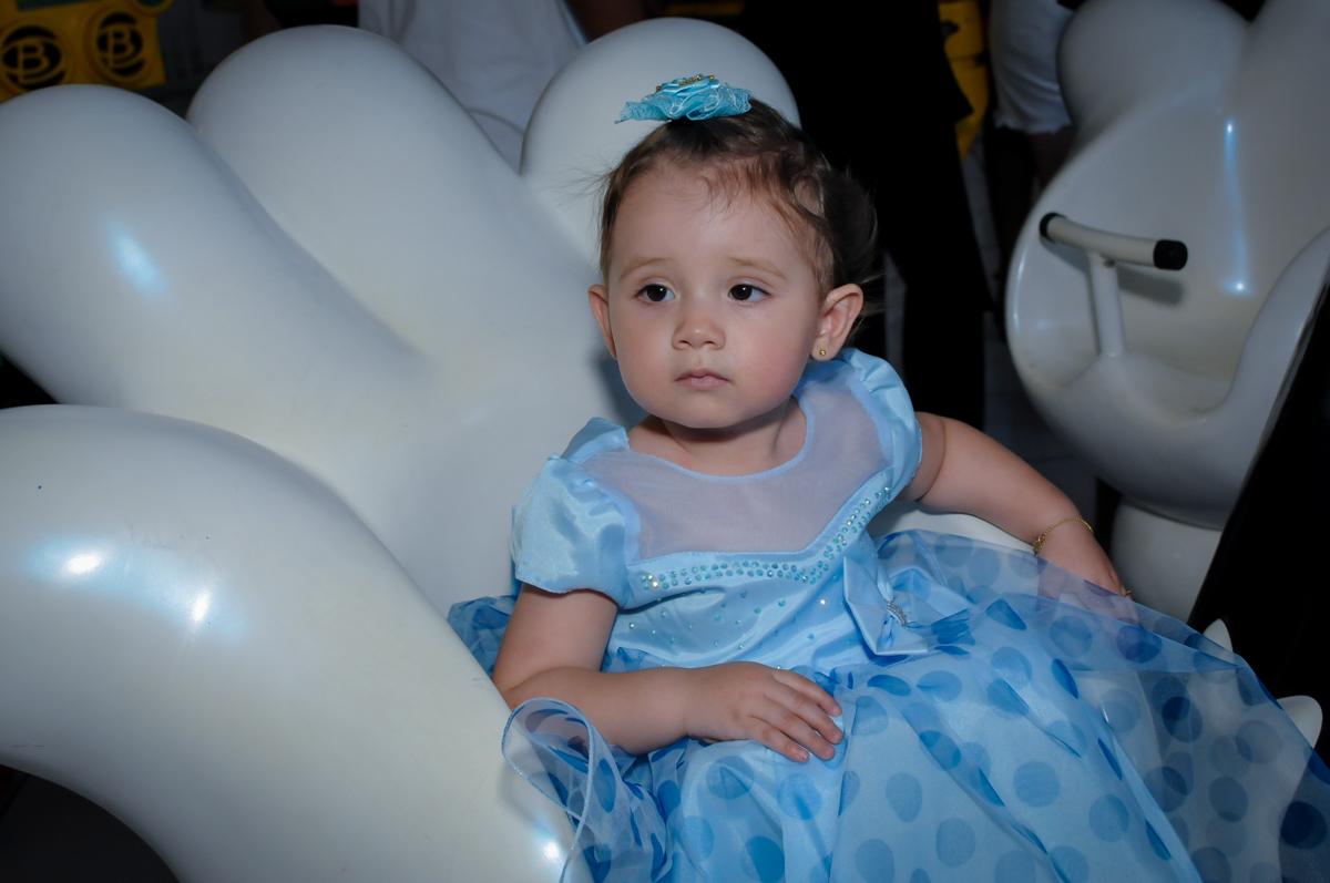 Valentina adora brincar no carrossel no Buffet Fábrica da Alegria, Morumbi, SP, festa intantil, tema da mesa minie azul, Valentina 1 aninho