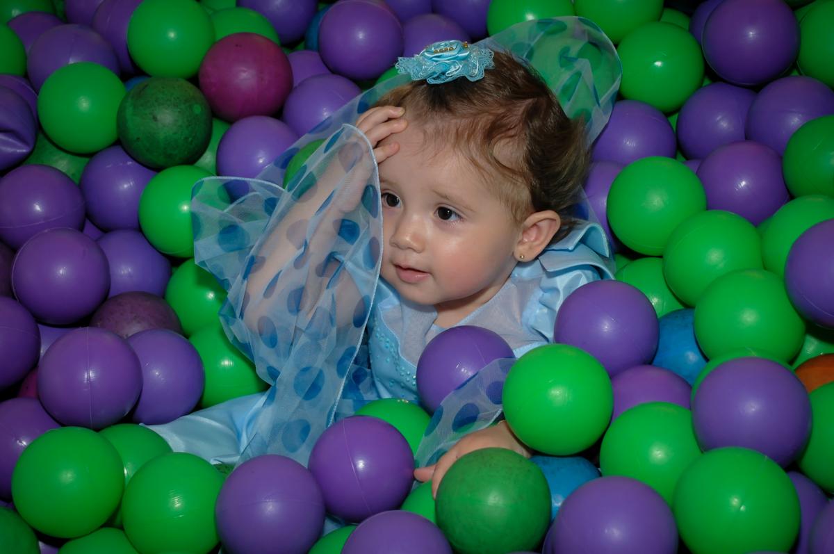 muito bom brincar na piscina de bolinha no Buffet Fábrica da Alegria, Morumbi, SP, festa intantil, tema da mesa minie azul, Valentina 1 aninho