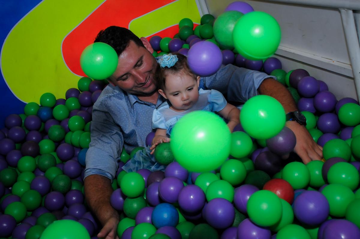 O papai também caiu na farra na piscina de bolinha no Buffet Fábrica da Alegria, Morumbi, SP, festa intantil, tema da mesa minie azul, Valentina 1 aninho