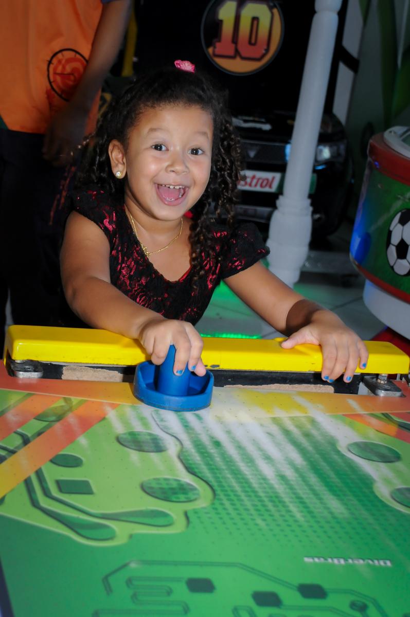 jogo de futebol de mesa no Buffet Fábrica da Alegria, Morumbi, SP, festa intantil, tema da mesa minie azul, Valentina 1 aninho
