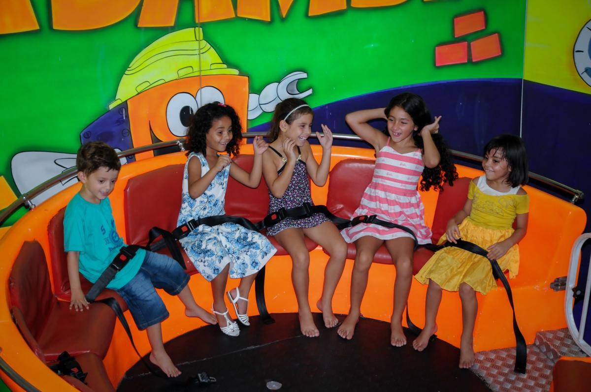 muitas crianças se divertem no labamba no Buffet Fábrica da Alegria, Morumbi, SP, festa intantil, tema da mesa minie azul, Valentina 1 aninho
