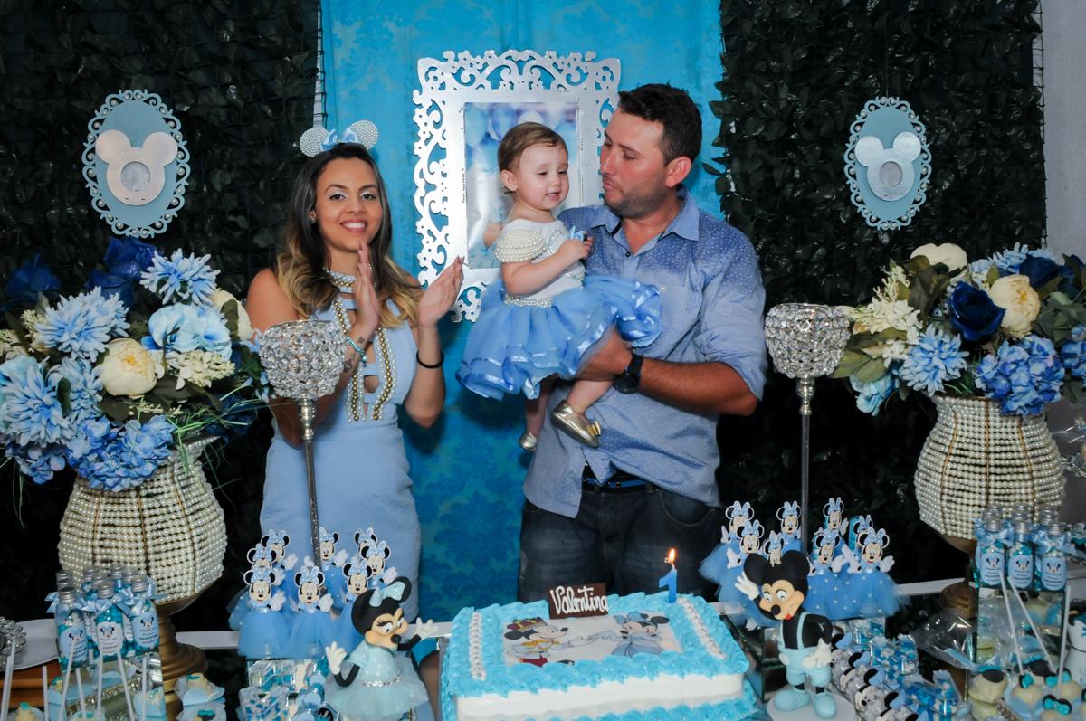 Cantando parabéns para a aniversariante no Buffet Fábrica da Alegria, Morumbi, SP, festa intantil, tema da mesa minie azul, Valentina 1 aninho