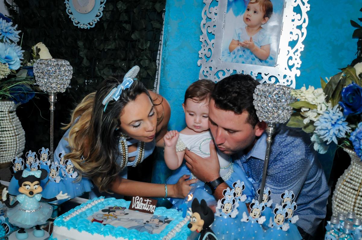soprando a vela do bolo no Buffet Fábrica da Alegria, Morumbi, SP, festa intantil, tema da mesa minie azul, Valentina 1 aninho