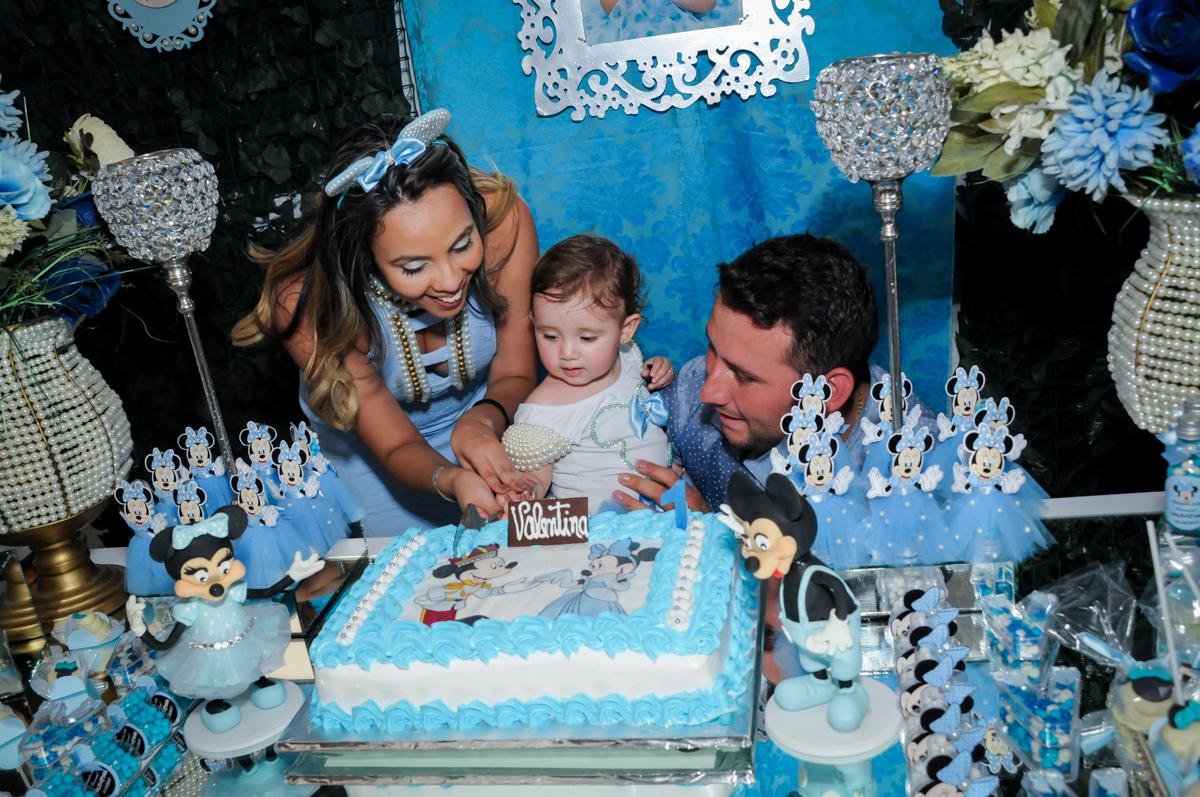 primeiro pedaço de bolo, quem vai ganhar no Buffet Fábrica da Alegria, Morumbi, SP, festa intantil, tema da mesa minie azul, Valentina 1 aninho