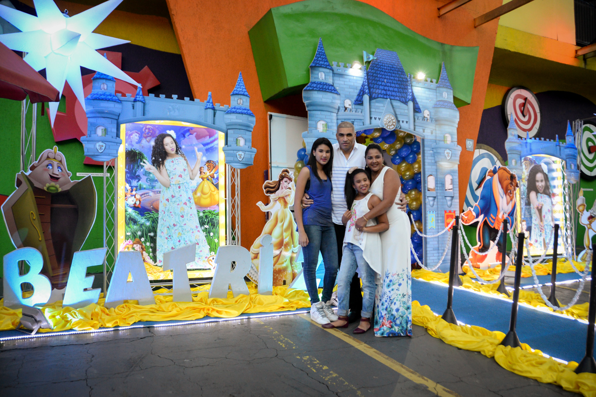foto da família no castelo da Bela e a Fera no Buffet Fábrica da Alegria, Morumbi,SP, festa infantil aniversário de Beatriz 9 anos, tema da festa A Bela e a Fera