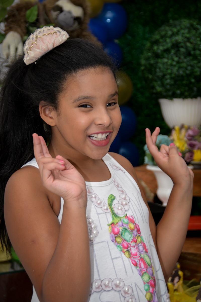 aniversariante posando para fotografia no Buffet Fábrica da Alegria, Morumbi,SP, festa infantil aniversário de Beatriz 9 anos, tema da festa A Bela e a Fera