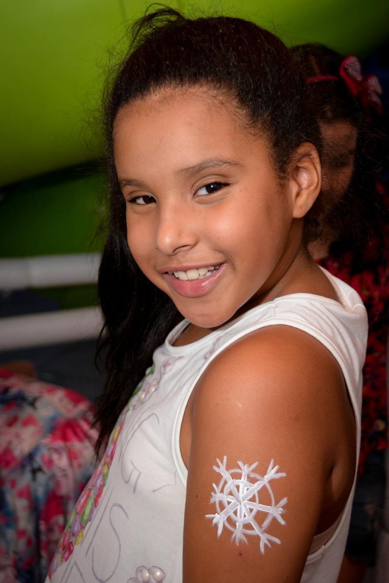 a pintura no braço da aniversariante no Buffet Fábrica da Alegria, Morumbi,SP, festa infantil aniversário de Beatriz 9 anos, tema da festa A Bela e a Fera