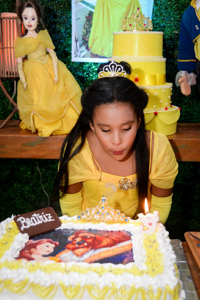 soprando a vela do bolo no Buffet Fábrica da Alegria, Morumbi,SP, festa infantil aniversário de Beatriz 9 anos, tema da festa A Bela e a Fera