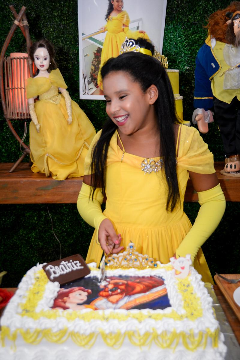 cortando o primeiro pedaço do bolo no Buffet Fábrica da Alegria, Morumbi,SP, festa infantil aniversário de Beatriz 9 anos, tema da festa A Bela e a Fera