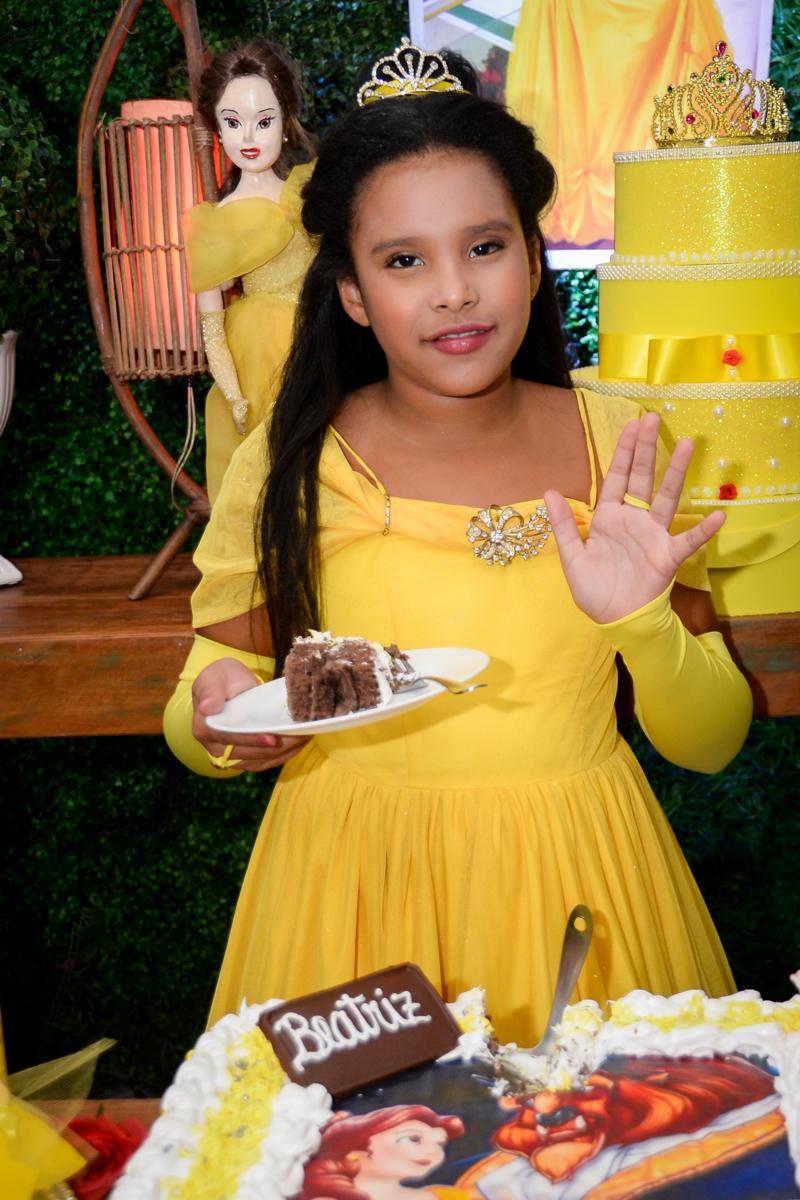 quem vai ganhar o primeiro pedaço de bolo no Buffet Fábrica da Alegria, Morumbi,SP, festa infantil aniversário de Beatriz 9 anos, tema da festa A Bela e a Fera