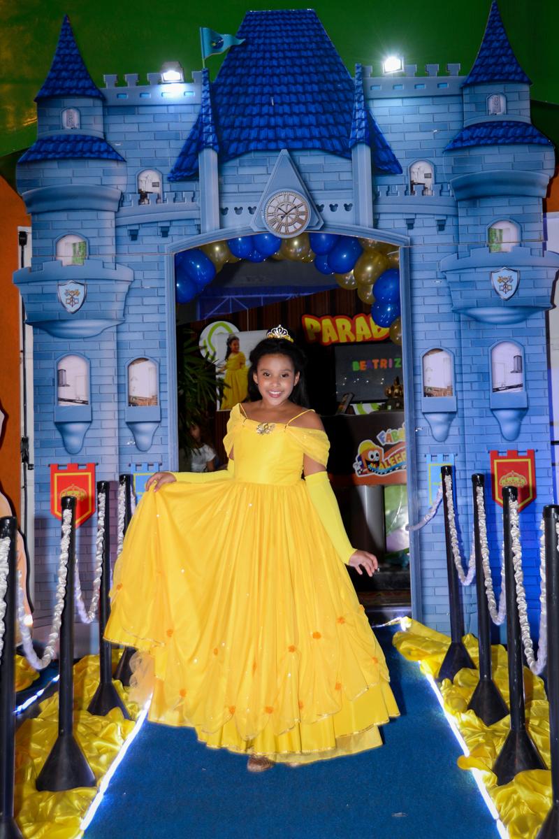 aniversariante linda posando para festa vestida de bela no Buffet Fábrica da Alegria, Morumbi,SP, festa infantil aniversário de Beatriz 9 anos, tema da festa A Bela e a Fera
