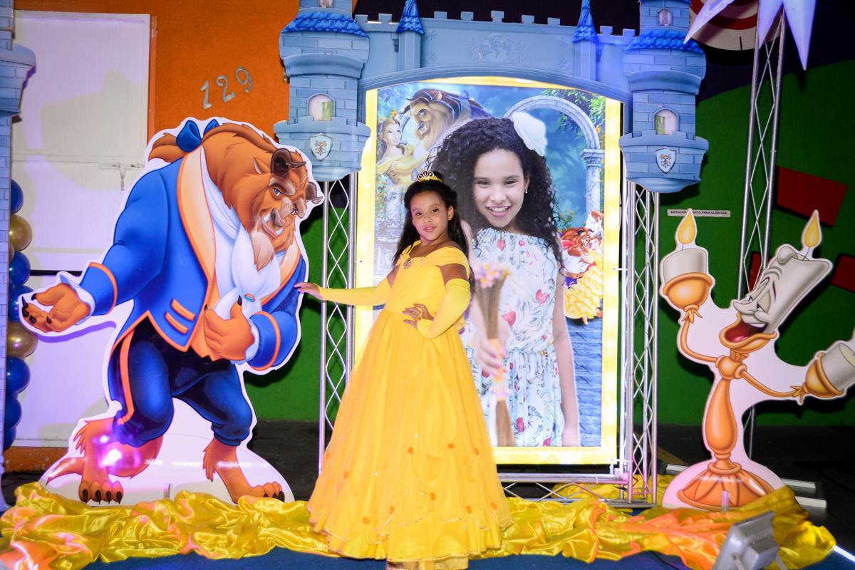 uma verdadeira princesa vestida de bela está nossa aniversariante no Buffet Fábrica da Alegria, Morumbi,SP, festa infantil aniversário de Beatriz 9 anos, tema da festa A Bela e a Fera