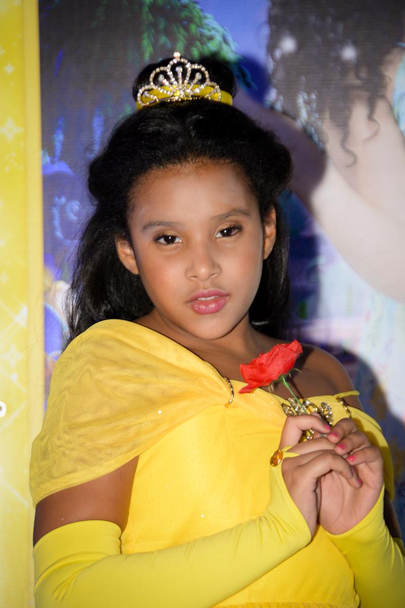 foto de princesa meiga no Buffet Fábrica da Alegria, Morumbi,SP, festa infantil aniversário de Beatriz 9 anos, tema da festa A Bela e a Fera