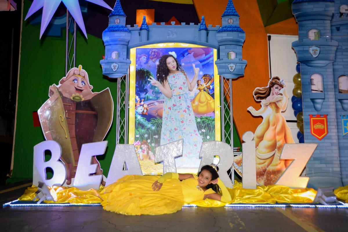 A bela deita para fazer foto no Buffet Fábrica da Alegria, Morumbi,SP, festa infantil aniversário de Beatriz 9 anos, tema da festa A Bela e a Fera