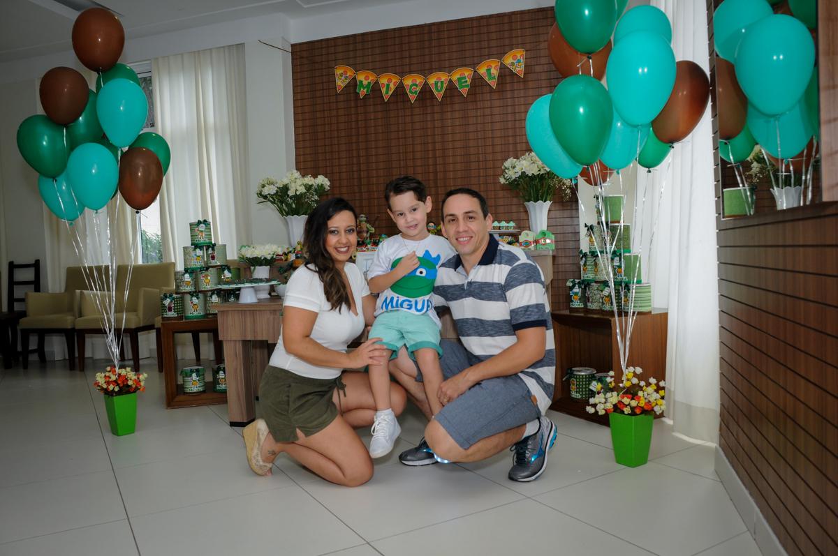 fotografia da família em frente a mesa decorada no Condomínio Vila Leopoldina, festa infantil, tema Tartaruga Ninja, Miguel 5 anos