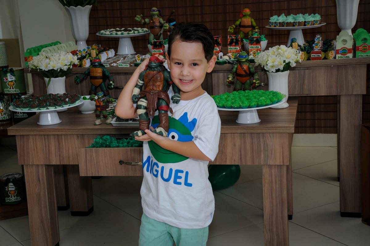 o aniversariante é fotografafo com personagem da mesa no Condomínio Vila Leopoldina, festa infantil, tema Tartaruga Ninja, Miguel 5 anos
