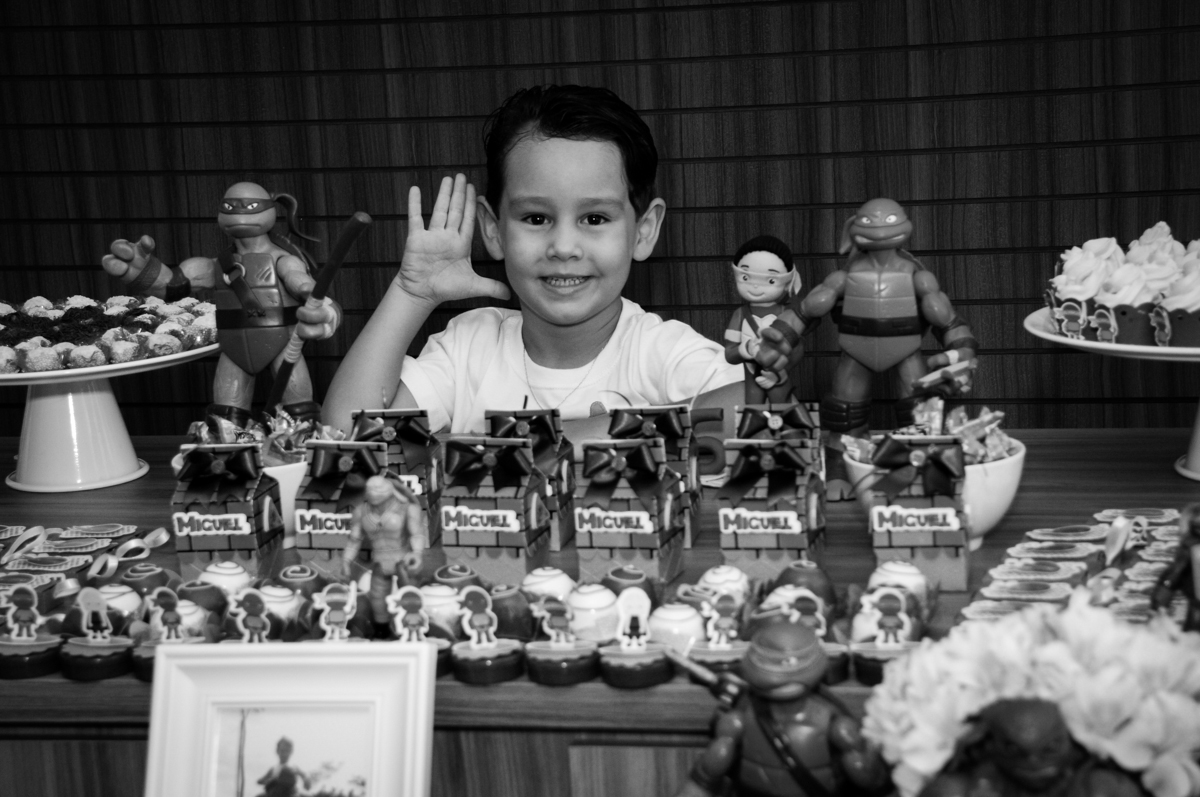 a foto é feita na mesa decorada no Condomínio Vila Leopoldina, festa infantil, tema Tartaruga Ninja, Miguel 5 anos