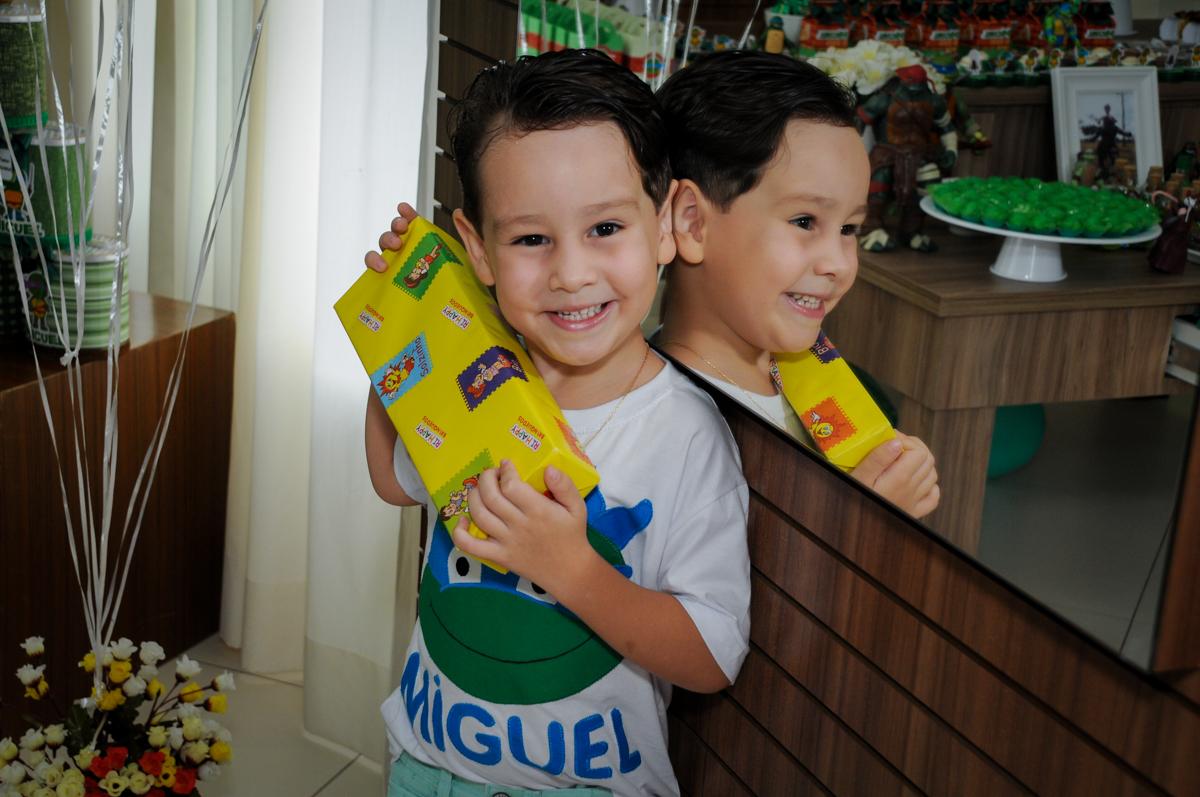 Feliz ao ganhar o seu primeiro presente no Condomínio Vila Leopoldina, festa infantil, tema Tartaruga Ninja, Miguel 5 anos